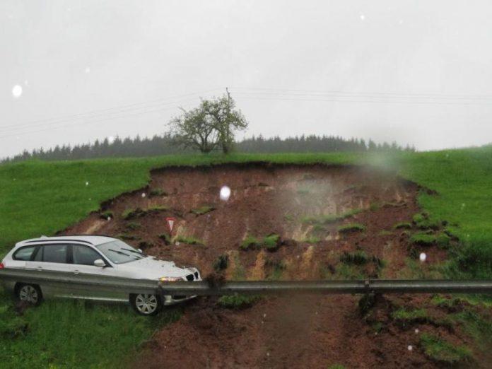 Erdrutsch auf der B294 zwischen Elzach und Heidburg. Überschwemmung in Elzach mit Wassereinbruch in Keller und in die Klinik