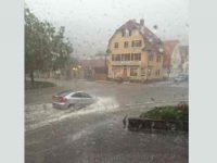 Waldkirch Kollnau, PKW im Hochwasser auf der überfluteten Hauptstraße